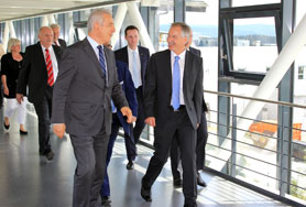 Managing director Eberhard Grünert (r.) leads Saxony's Prime Minister Stanislaw Tillich (l.) through the new production building at Beierfeld.